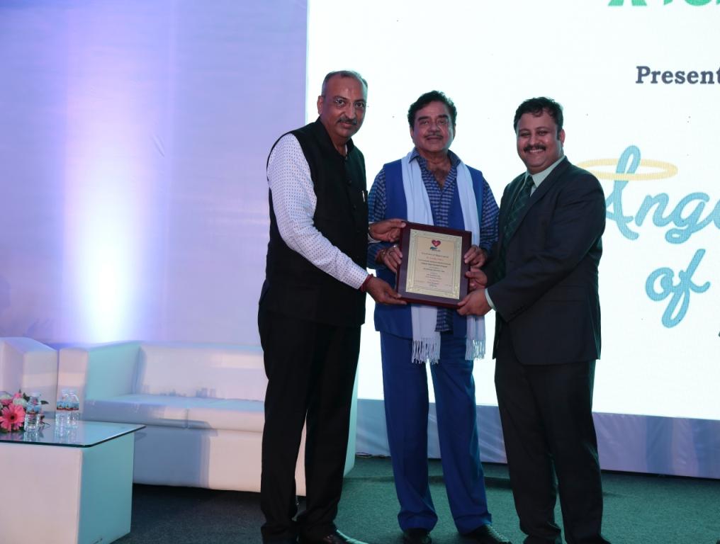 Donor family felicitated by Shatrugna Sinha in Fortis Hospital Mumbai